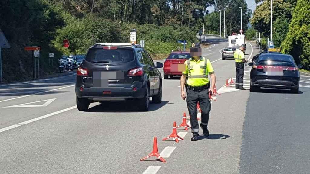 Agentes de la Agrupación de Tráfico de la Guardia Civil en un control de carretera.