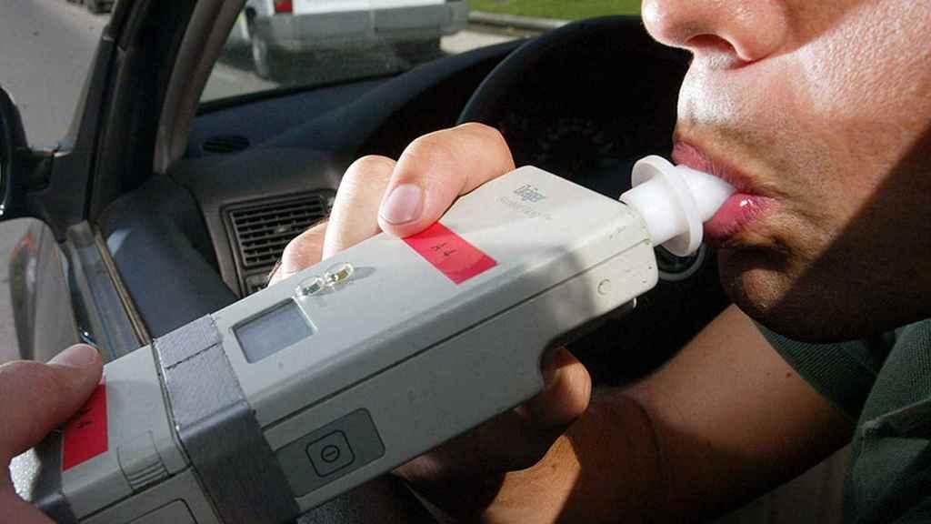 Un conductor soplando durante un control de alcoholemia.