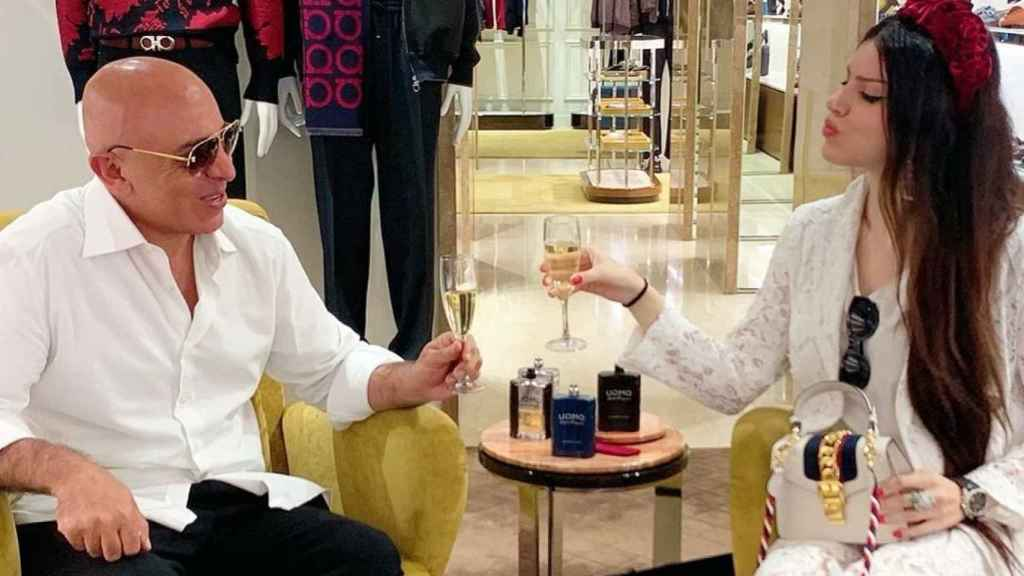 Raquel Hernández junto a su prometido, el magnate turco Yavuz Yüksel.