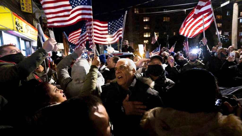 Manifestación negacionista en Staten Island para exigir la reapertura de los restaurantes. EFE/EPA Justin Lane
