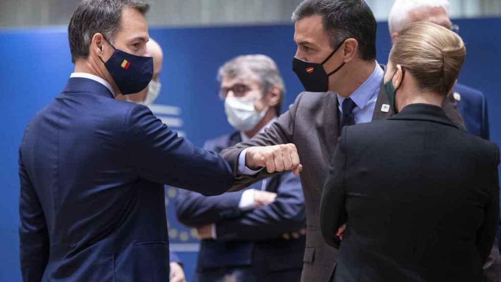 Pedro Sánchez saluda al primer ministro belga durante la última cumbre de octubre
