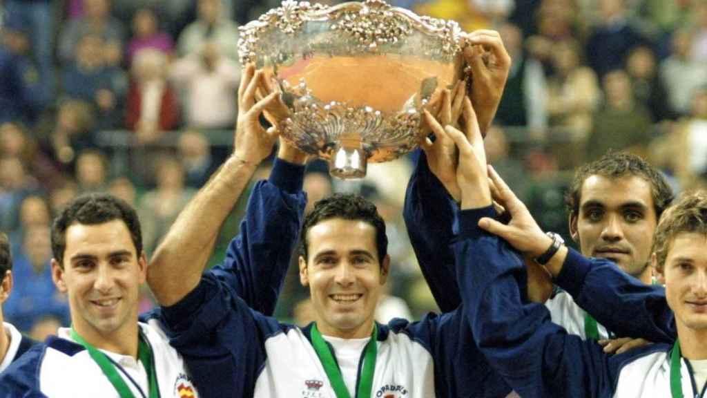 Los jugadores de España levantan la ensaladera de la Copa Davis del año 2000