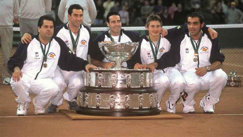 Los jugadores de España posan con la Copa Davis del año 2000