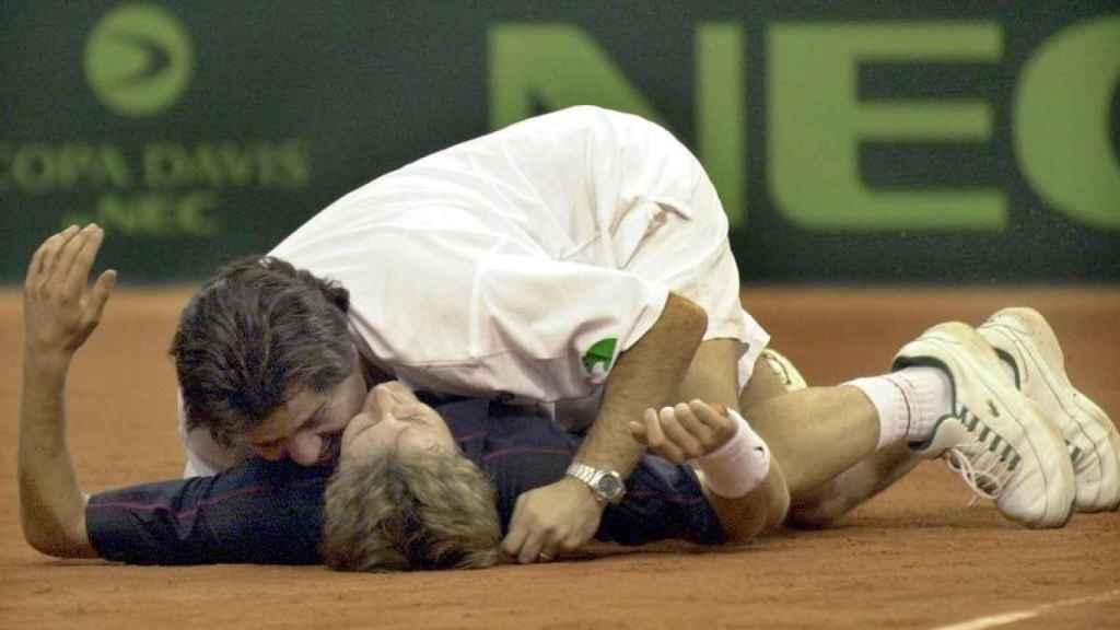 Juan Carlos Ferrero es besado y abrazado por el capitán de la selección española, Javier Duarte, tras ganar el cuarto partido de la final