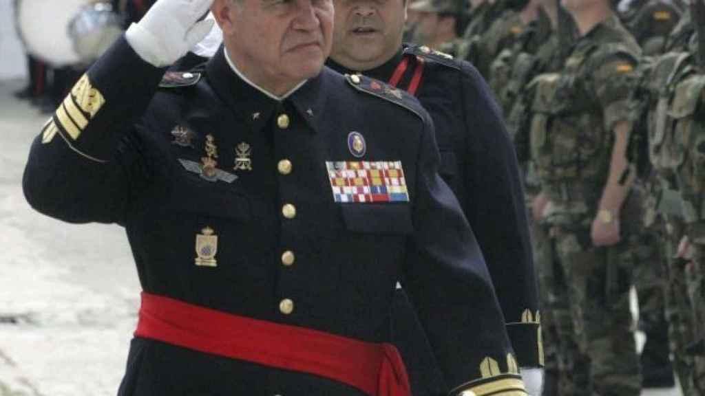 El general Chicharro pasa revista las tropas en el año 2009.