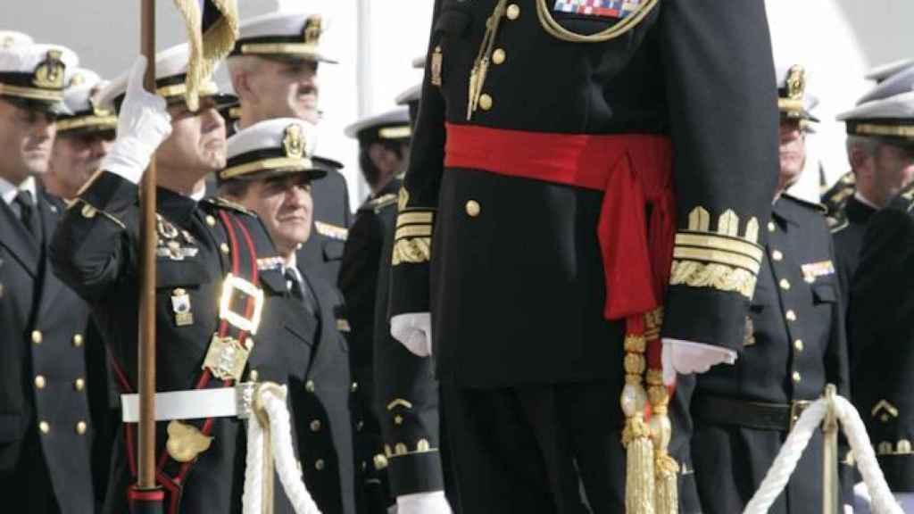 Chicharro, en la tribuna de honores durante su acto de retirada del Ejército, en 2010.