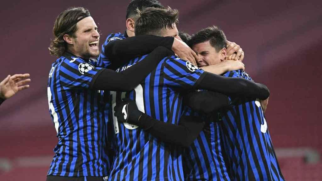 Piña de los jugadores del Atalanta en la Champions League 2020/2021
