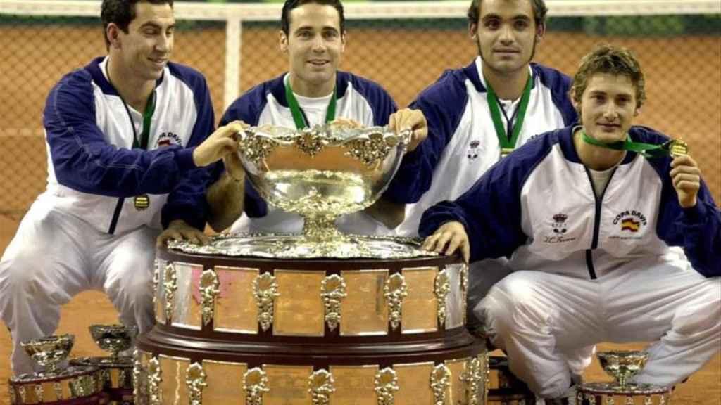 Albert Costa, Alex Corretja, Joan Balcells y Juan Carlos Ferrero, con la primera Copa Davis de España