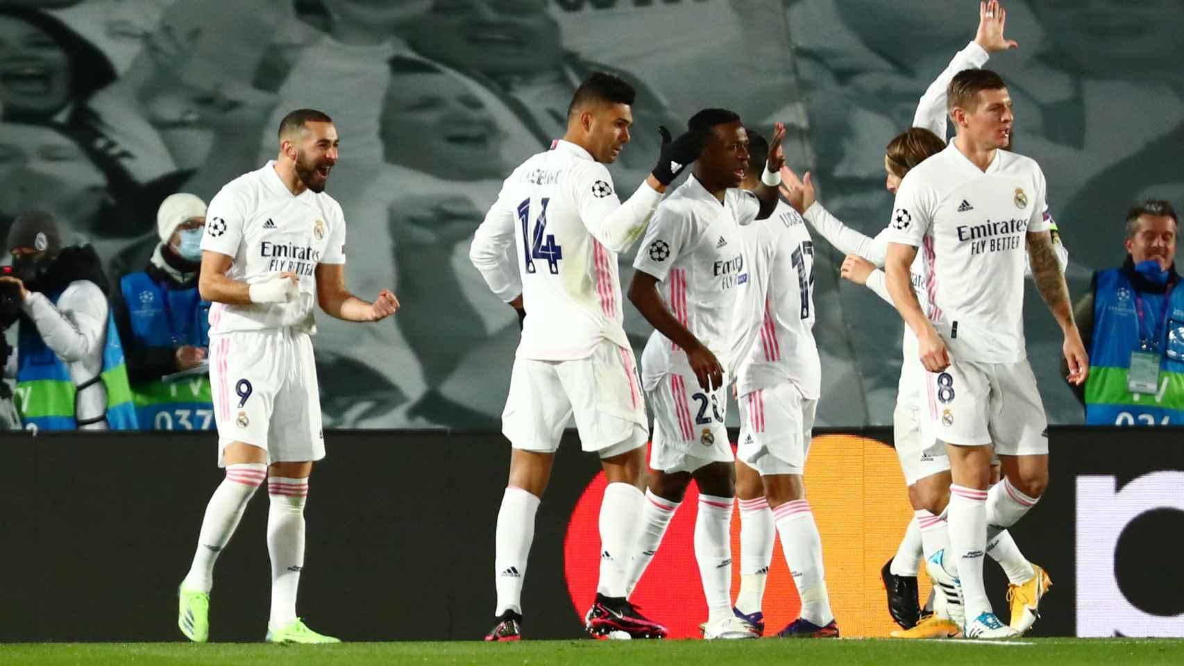 Los jugadores del Real Madrid felicitan a Benzema por su gol al Borussia