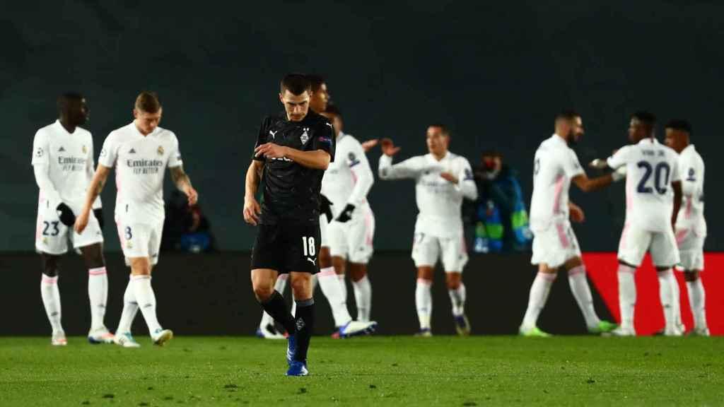 Los jugadores del Real Madrid felicitan a Benzema por su segundo gol al Borussia