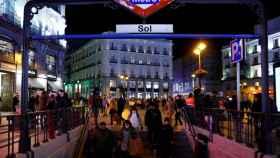 Salida de metro en la Puerta del Sol en plena época navideña.