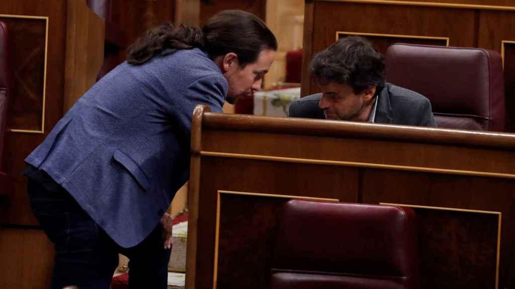 Jaume Asens conversa con Pablo Iglesias en el Congreso de los Diputados.