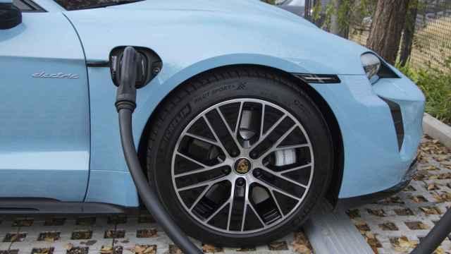 El Porsche Taycan durante la carga.