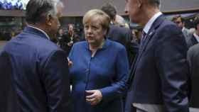 Angela Merkel conversa con el húngaro Viktor Orbán durante una cumbre de la UE