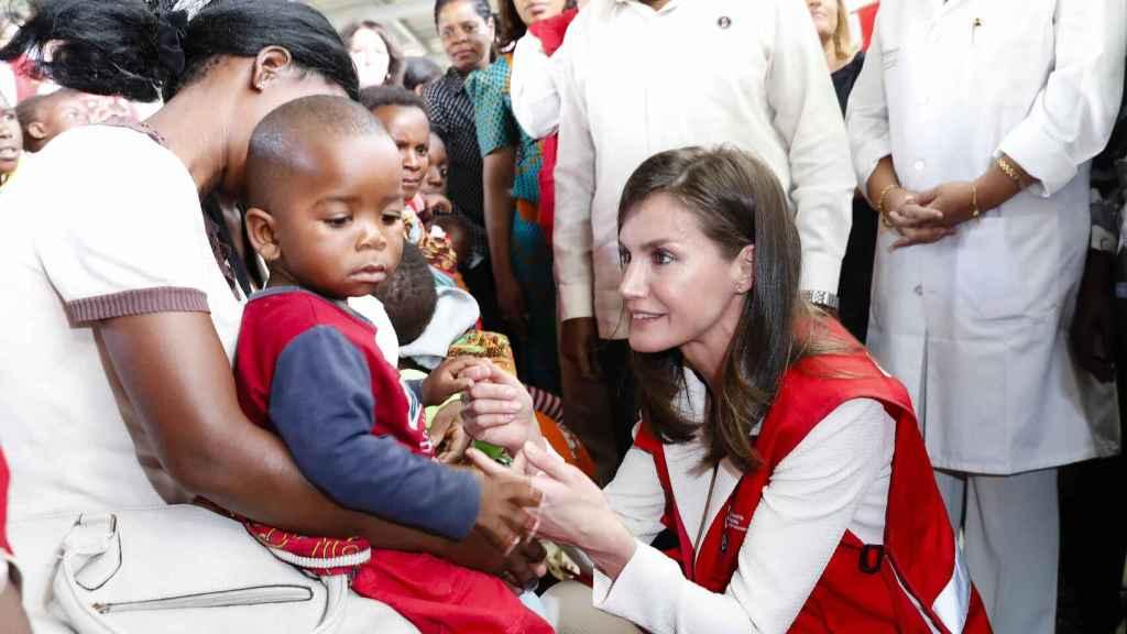 La reina Letizia con niños enfermos de Malaria en su último viaje de cooperación en la localidad mozambiqueña de Manhiça.