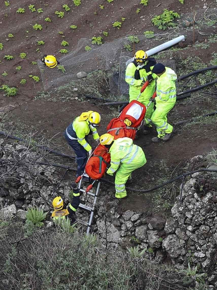 Imagen del difícil rescate de las cuatro personas fallecidas en el accidente.