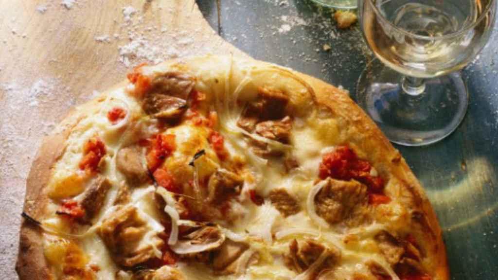 Pizza de atún y cebolla.