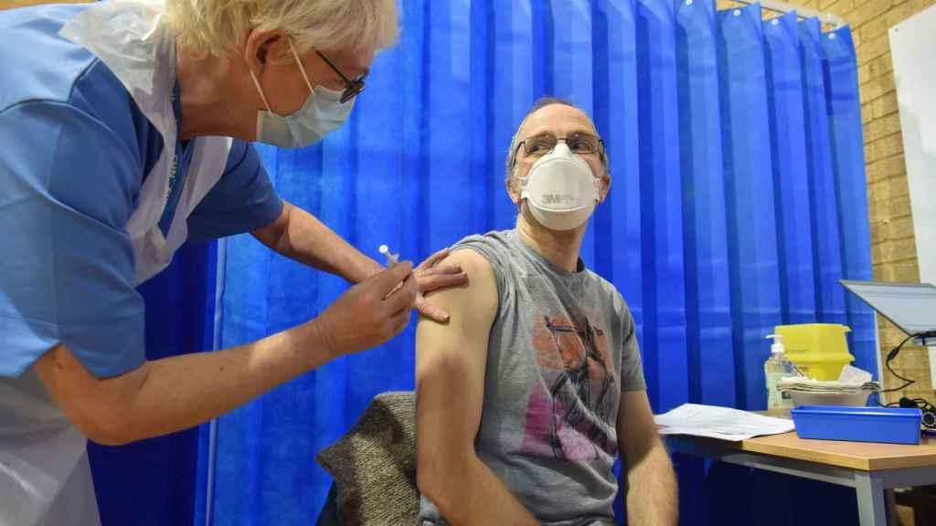 David Farrell,  de 51 años, recibe una de las dos vacunas de Pfizer y BioNtech en un centro de vacunación en Cardiff (Reino Unido).