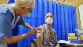 David Farrell,  de 51 años, recibe una vacuna en un centro en Cardiff (Reino Unido).