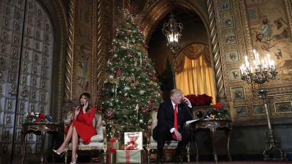 Melania y Donald Trump en una de las salas de Mar-a-Lago, durante la Navidad de 2018.