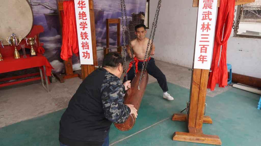 Wang Liutai practicando la técnica de kung fu 'entrepiernas de hierro'