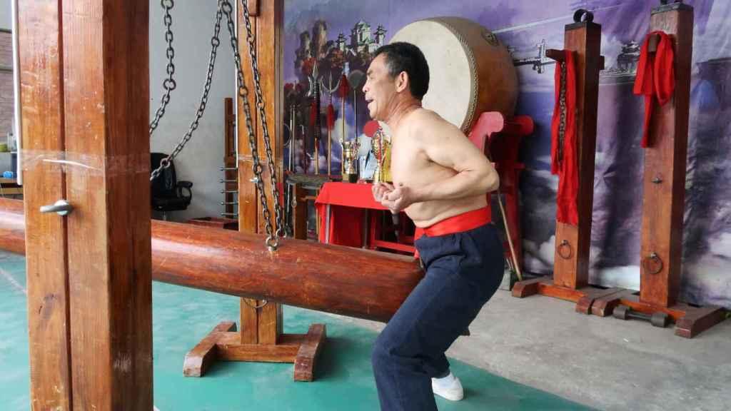 Wang Liutai, el maestro de kung fu que practica la 'entrepiernas de hierro'