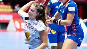 Jennifer Gutiérrez disparando ante Francia en el Europeo de balonmano femenino
