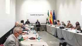 El presidente de la Junta, Juanma Moreno, preside la reunión del comité de expertos.