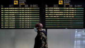 Una persona, ante el panel de llegadas al Aeropuerto de Manises, en Valencia.