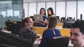 Un equipo de emprendedores en una oficina.