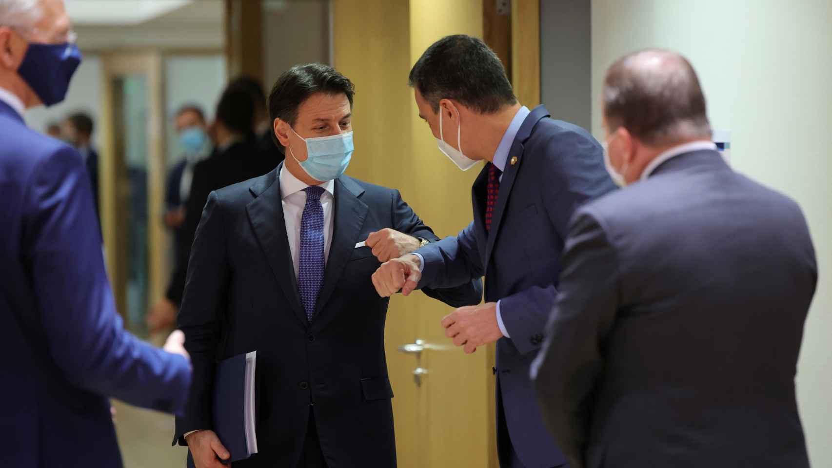 Pedro Sánchez saluda a Giuseppe Conte durante la cumbre de este jueves