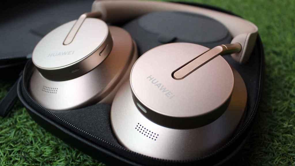 La almohadilla de los Huawei FreeBuds Studio cubren las orejas.