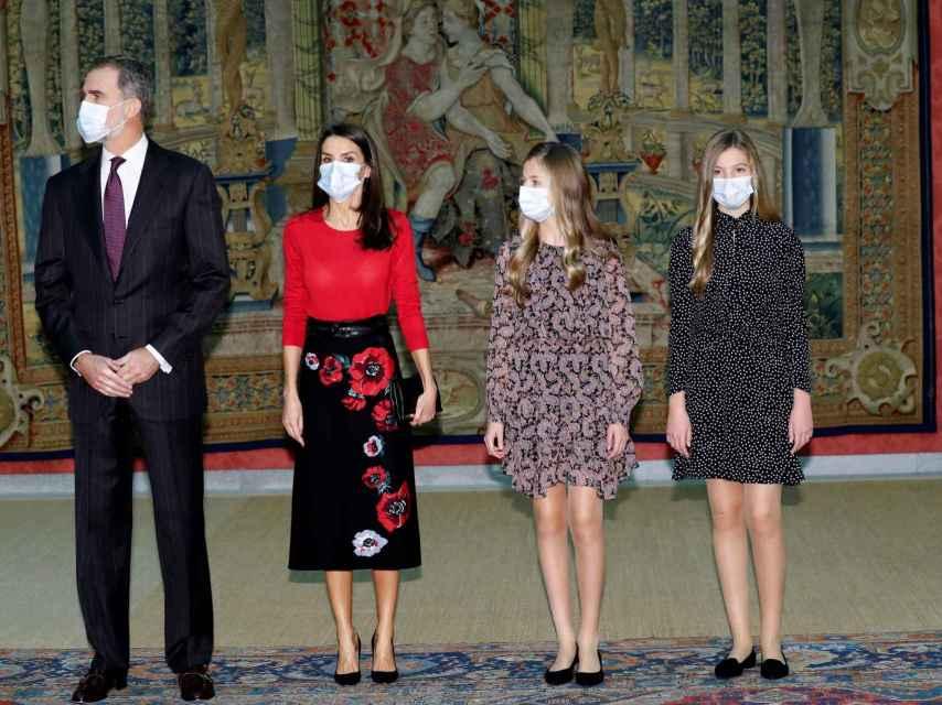 La Familia Real saludando a los miembros del Patronato de la Fundación Princesa de Girona.