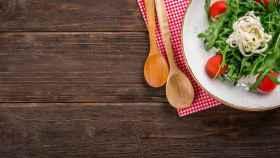 Un plato de ensalada con tomate.