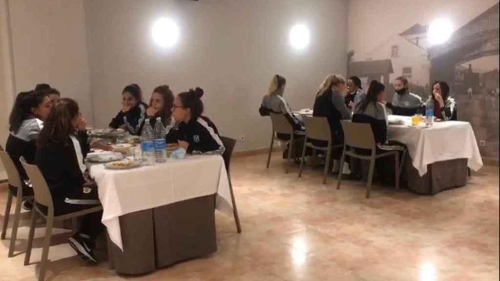 Las jugadoras del Rayo Femenino durante una cena