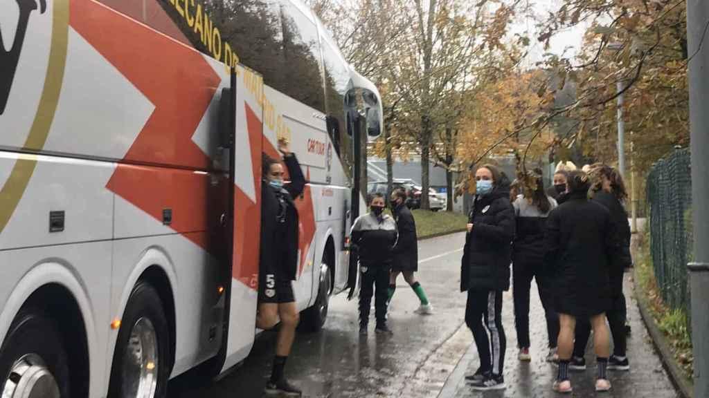Las jugadoras del Rayo Femenino subiendo al autobús