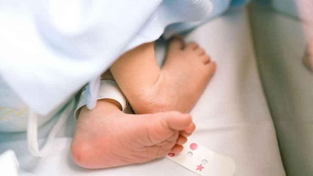 Los pies de un bebé recién nacido.