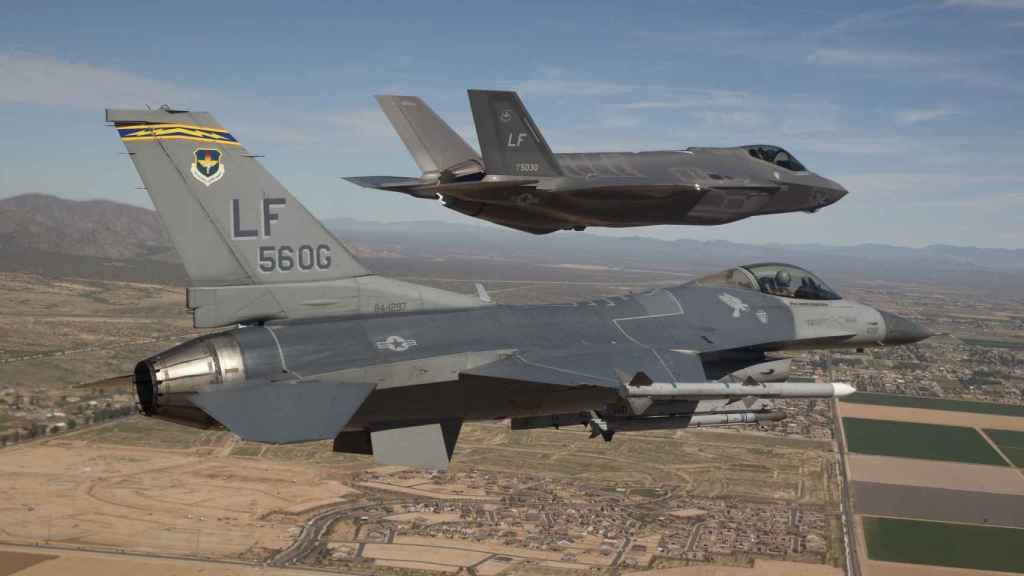 F-16, en primer plano, y F-35