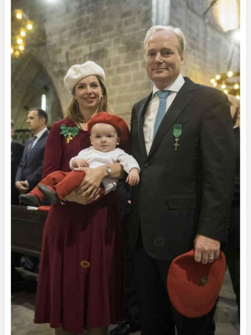 El pretendiente carlista, su esposa y su hijo Carlos Enrique.