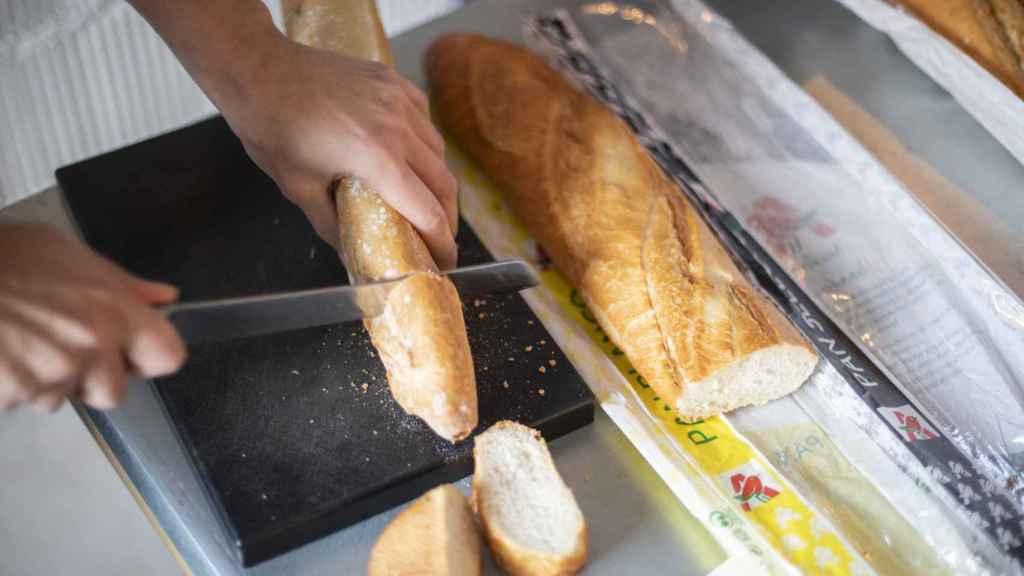 Celia parte las dos barras de pan de Alcampo para probarlas.