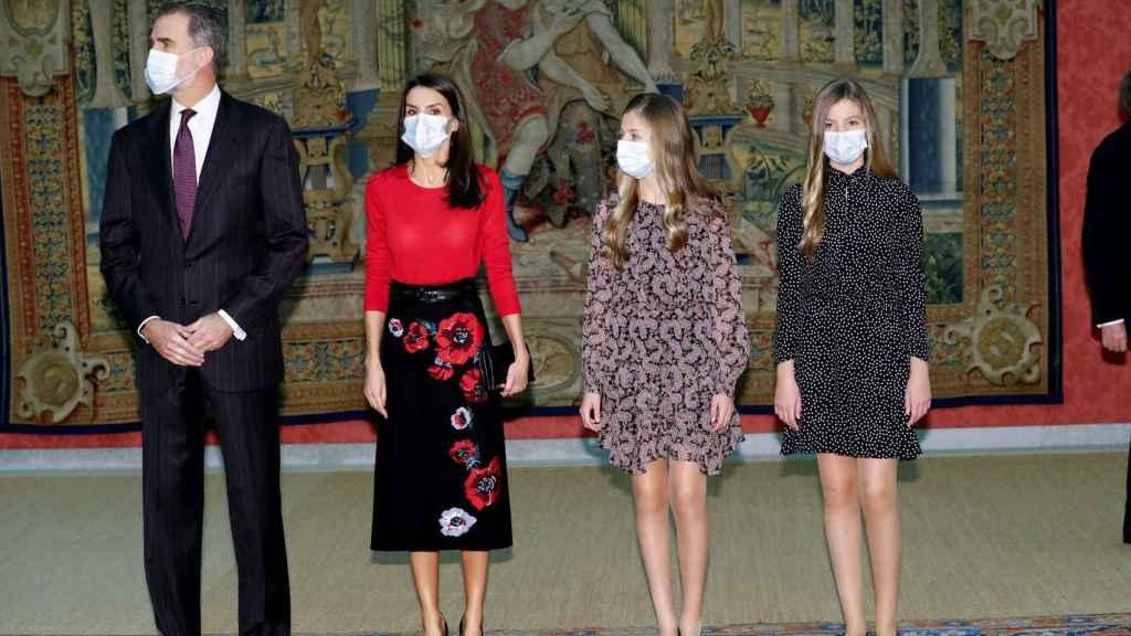 Los Reyes Felipe VI y Letizia, junto a sus hijas, durante la reunión del patronato de la Fundación Princesa de Girona.