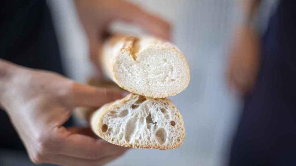 Celia enseña a cámara las barras de pan del Lidl. En la de abajo, la de masa madre, se pueden ver los alvéolos, síntoma de ser algo más artesanal.