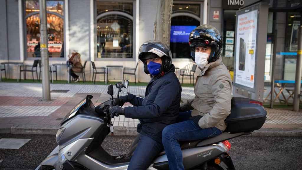 Almeida accede a llevar a un reportero de EL ESPAÑOL a bordo de su motocicleta.