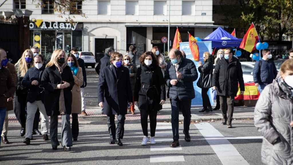 Almeida camina junto a la presidenta de Madrid, Isabel Díaz Ayuso, y el presidente de los 'populares' en la provincia, Pío García Escudero.