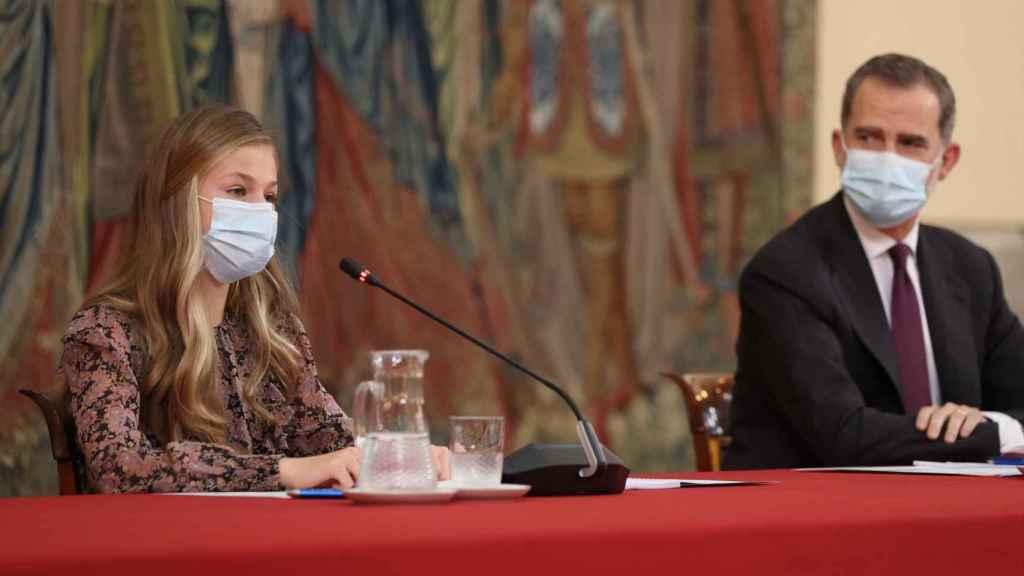 La princesa Leonor pronunciando unas palabras de agradecimiento en catalán mientras el Rey la mira.