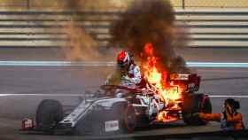 Raikkonen escapa de su Alfa Romeo en llamas y revive la pesadilla de Grosjean en Abu Dhabi