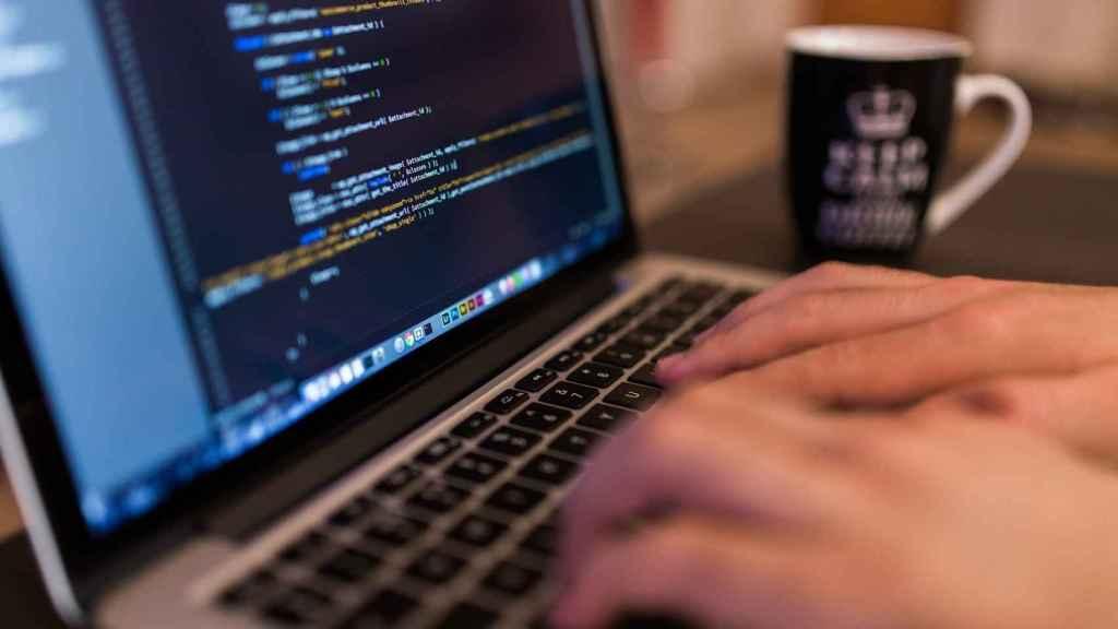 Un programador, durante su jornada laboral.
