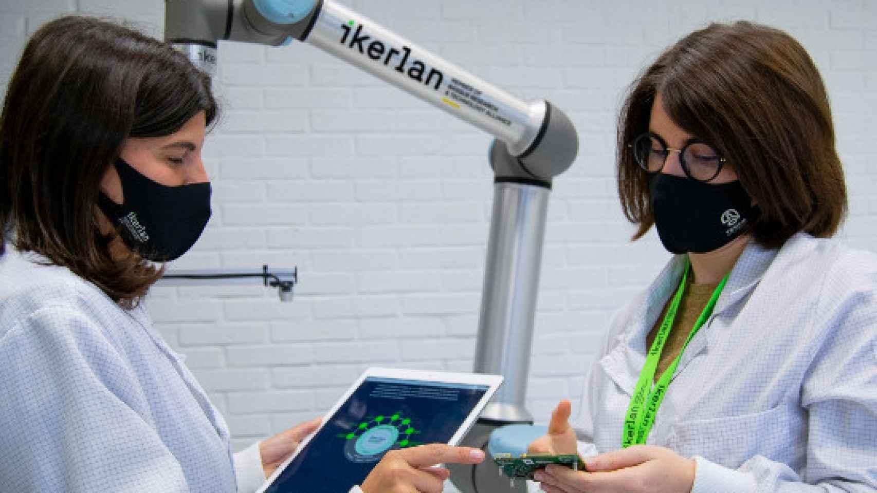 Dos investigadoras del Centro Tecnológico Vasco Ikerlan.