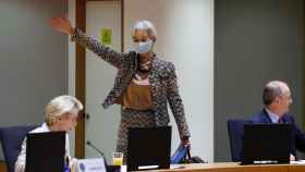 La presidenta del BCE, Christine Lagarde, saluda a los líderes a su llegada a la cumbre del euro de este viernes