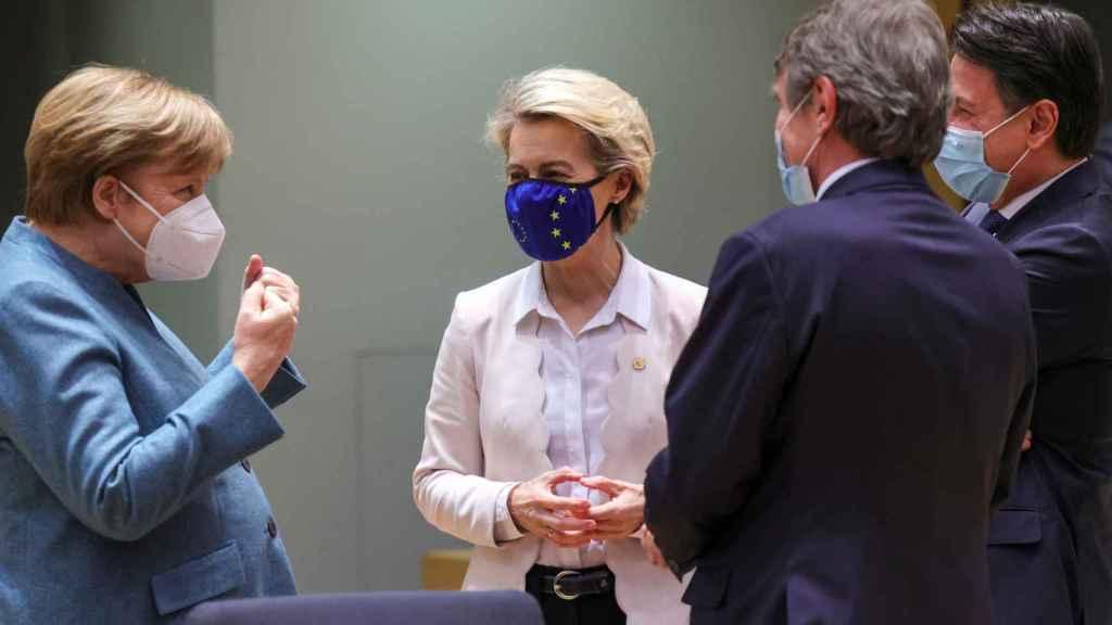 Angela Merkel, Ursula von der Leyen y David Sassoli, durante la cumbre de Bruselas